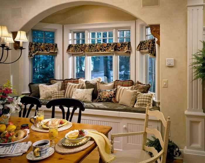 Подушки придают оконному дивану особенный уют и красоту