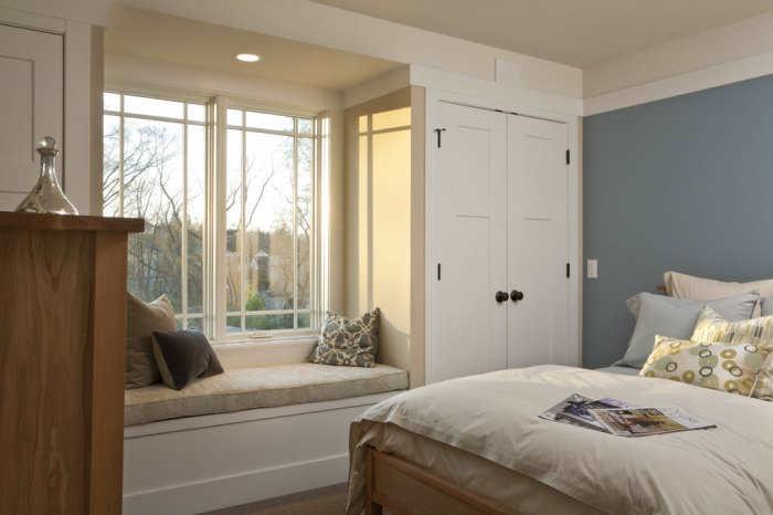 Диван на подоконнике в интерьере спальни