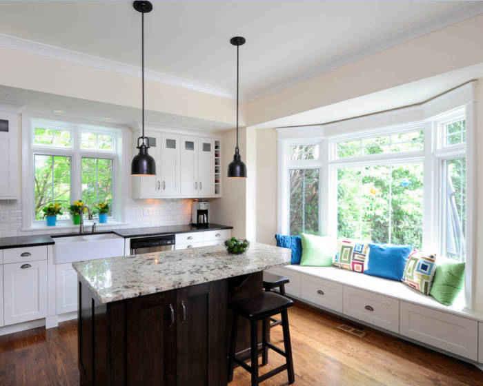 Комфортный диван на кухне с большим окном