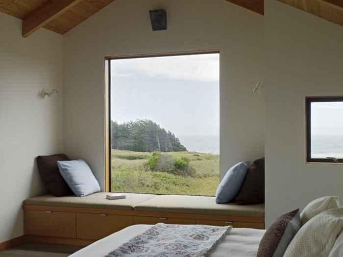 Современный минималистичный диван подоконник в спальне